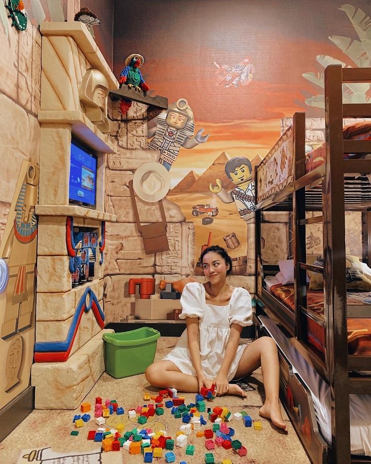 Hà Trúc ghi dấu hành trình tại Legoland Hotel với đạo cụ chính là những viên gạch xếp hình cùng phong cách trang trí đậm chất Lego ở khắp mọi nơi.