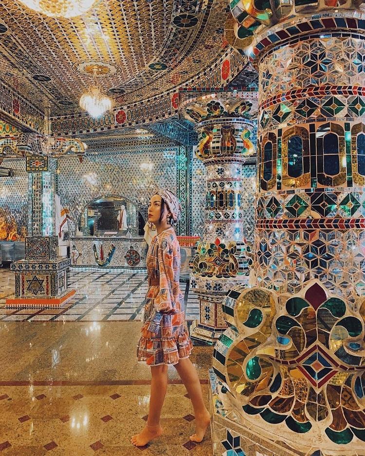 Một điểm đến nữa cũng khá nổi tiếng ở Johor Bahru là ngôi đền thủy tinh Arulmigu Sri Rajakaliamman Glass Temple. Những bức tường cùng các chi tiết trang trí trong đềnđược khảm thủy tinh lấp lánh.