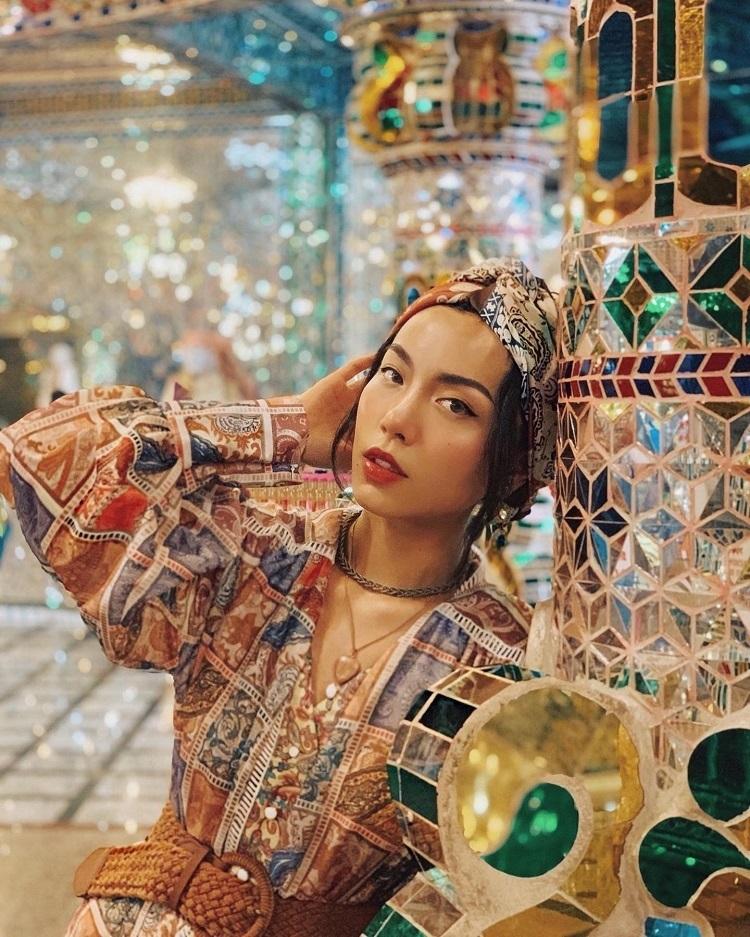 Dù đứng ở vị trí nào trong đền, bạn đều có thể cho ra đời những tấm hình check-in đẹp. Tuy nhiên nếu chụp ảnh hay quay phim trong đền, bạn phải trả một khoản chi phí bên cạnh vé vào đền là RM10 (khoảng 56 nghìn đồng).