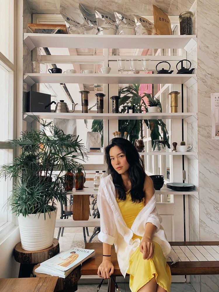 Johor Bahru không thiếu các quán cà phêcó phong cách décor hoài cổ,lãng mạn, nhẹ nhàng. Những góc nhỏ xanh mát với hoa lá, ánh nắng chiếu vào từ cửa sổ,dù đứng ởđâu cũng dễ dàng cho ra những bức ảnh sang trọng, đẹp mắt.