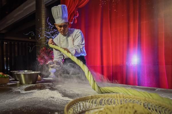 Theo quan niệm dân gian của Trung Quốc, sợi mì kéo càng dài càng thể hiện cuộc sống trường thọ. Một bát mì hoàn hảo bởi những sợi mì tươi mềm dai được các đầu bếp của nhà hàng thực hiện.