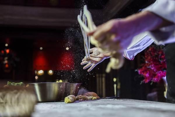 Bếp trưởng Ken Ling cho biết, khi ăn mì trường thọ, thực khách phải ăn một hơi hết cả sợi mì, không được làm đứt sợi mì vì như vậy có thể sẽ có điều không may xảy ra.