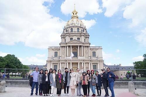 Khách đoàn của Tugo trong chuyến du lịch Pháp năm 2019. Ảnh: Tugo.