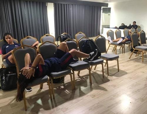 Các cầu thủ của tuyển bóng đá nữ Philippines phải chờ trong phòng chức năng của khách sạn, bởi ngoài sảnh quá đông các đoàn khác chờ check-in. Ảnh:Hali Long.