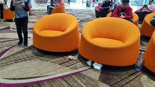 Rác bẩn nằm lăn lóc dưới thảm tại sân bay Changi. Ảnh: Facebook.