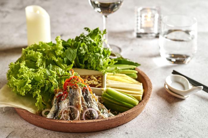 Sora & Umi: Nhà hàng phục vụ ẩm thực Việt và Nhật nằm tại tầng 2 của khu nghỉ dưỡng có tầm nhìn hướng vườn và 2 hồ bơi vô cực dẫn thẳng ra biển. Ngoài bữa sáng buffet với vô vàn sự lựa chọn hấp dẫn, Sora & Umi còn là nơi phục vụ tất cả các bữa ăn trong ngày. Thực đơn All Day Dining phong phú, hài hòa giữa đặc sản các vùng miền của Việt Nam và những món ngon Nhật Bản. Các món ăn địa phương cũng được nâng tầm, trở thành mỹ vị không chỉ vì ngon mà còn vì đẹp.Gỏi cá trích cuốn bánh tráng, gà đồi Phú Quốc nướng với cơm lam hay gỏi bưởi khô bò là những món ngon phải thử khi đến Sora & Umi. Nước chấm và các loại sốt dùng kèm thật sự là tinh thần của món ăn khi được pha chế rất vừa miệng, đủ độ mặn, đủ vị chua, một chút cay cay thơm thơm của tiêu tạo cảm giác tê tê nơi đầu lưỡi nhưng lại đánh thức vị giác thật mạnh mẽ.