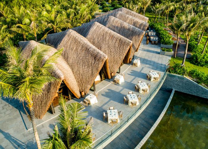 LAVA  Nổi bật trên màu xanh tươi của cây cỏ là những mái vòm nhấp nhô bằng tre của nhà hàng LAVA. Cũng nằm tên bờ cát trắng của Bãi Trường và không xa Sea Shack là mấy, LAVA là điểm đến không thể bỏ qua của những tín đồ ẩm thực. Điều làm nên một LAVA đặc sắc không chỉ là thiết kế từ tre ấn tượng của kiến trúc sư Võ Trọng Nghĩa hay quầy bar làm từ san hô hóa thạch màu xanh biển nổi bật trên tổng thể tông màu trầm ấm áp của nhà hàng mà là thực đơn độc nhất vô nhị được thiết kế đầy tâm huyết.