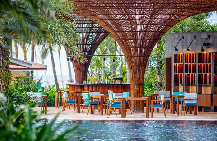 Nhà hàng-quầy bar Ombra nằm tại tầng trệt và đối diện bể bơi Oasis phục vụ ẩm thực Ý, những món ăn nhẹ, cocktail, thức uống bổ dưỡng và kem gelato nhà làm. Trong tiếng Ý, Ombra có nghĩa là bóng râm; có lẽ vì vậy mà đây là nơi lý tưởng để thư giãn sau những hoạt động vui chơi trên biển. Du khách có thể nằm thư giãn tại những chiếc ghế lười ẩn mình dưới tán cây, nhâm nhi một ly cocktail mát lạnh cùng vài món ăn nhẹ hay thưởng thức món pizza hải sản trứ danh được chế biến từ hải sản tươi của Phú Quốc và thứ bột lên men bằng công thức đặc biệt vừa nở đều vừa thơm nức mũi.
