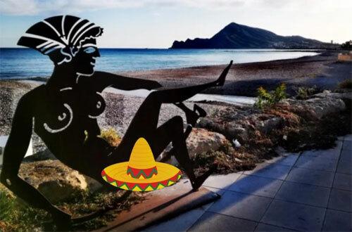 Một trong nhiều tác phẩm bị coi là nhạy cảm nằm dọc bãi biển ở thành phố Altea, nơi đó hàng nghìn du khách mỗi năm. Ảnh: Sun.