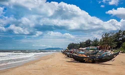 Bãi biển mang vẻ đẹp hoang sơ, tách biệt với thành phố tấp nập. Ảnh: Midori9813.