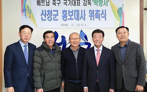 Trong chuyến thăm quê đầu năm 2019, HLV Park Hang-seo đã đồng ý làm đại sứ danh dự cho quận Sancheong. Ảnh: Chính quyền quận Sancheong.