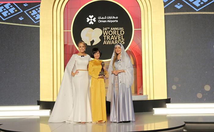 Đại diện Sun Group (giữa) nhận giải thưởng Điểm du lịch văn hóa hàng đầu thế giới 2019 tại Oman.