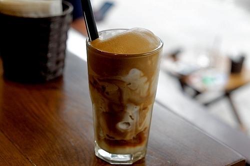 Trong hành trình khám phá thủ đô, bạn cũng đừng quên thưởng thức các loại đồ uống, nổi bật nhất là cà phê trứng hay bạc xỉu, đã xuất hiện nhiều lần trên các trang tin tức và du lịch quốc tế. Bạn có thể thưởng thức đồ uống này ở cà phê Giảng, 39 Nguyễn Hữu Huân, cà phê phố cổ Hàng Gai, cà phê Đinh số 13 Đinh Tiên Hoàng. Ảnh: Lan Hương.