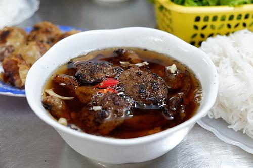 11h30: Bún chảNhắc đến ẩm thực Hà Nội, bạn không nên bỏ quabún chả, món ăn được nhiều du khách nước ngoài và người dân địa phương yêu thích. Trong tiết trời se lạnh, mùi chả nướng than thơm nức sẽ hấp dẫn những chiếc bụng đói của thực khách. Chả nướng xém sau đó sẽ được chan cùng nước chấm chua ngọt, kèm theo đu đủ xanh hoặc su hào muối. Món ăn có 2 loại chả mà thực khách có thể lựa chọn là chả băm mềm và chả miếng là ba chỉ lợn thái mỏng. Khi ăn, bạn nên cho thêm ớt và tỏi băm để hương vị hài hòa, hấp dẫn hơn. Món ăn được phục vụ kèm rau sống với giá 30.000 - 40.000 đồng một bát, nem rán có giá 10.000 - 20.000 đồng tùy loại.Hà Nội có rất nhiều quán bún chả ngon mà bạn có thể thưởng thức như quán Hương Liên, nơi cựu tổng thống Mỹ Barack Obama dùng bữa. Tuy nhiên vì đông thực khách, chả ở đây thường được nướng bằng lò thay vì than trước kia. Nếu muốn thưởng thức bún chả chuẩn vị, bạn có thể ghé số 6 Ngõ Trạm, bún chả Hàng Mành. Ngoài ra, bạn cũng có thể thưởng thức bún với nem cua bể ở dọc phố Đào Duy Từ. Ảnh: Lan Hương.