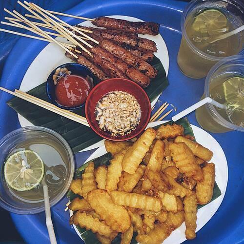 21h: Nem chua nướngSau khi kết thúc bữa tối, bạn có thể đi dạo đêm và thưởng thức món ăn vặt nem chua nướng. Món ăn này được bán nhiều ở phố Nhà Thờ, phố Ấu Triệu và Hàng Bồ. Ngoài nem chua nướng, thực khách có thể thưởng thức thêm trà chanh, nước ép hoa quả tươi, các món ăn vặt như khoai tây chiên, cá bò nướng than. Ảnh: Halley.