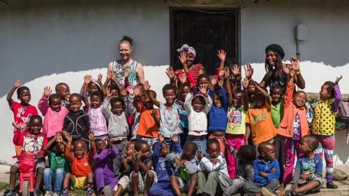 Các nhân viên của tổ chức TransCape trong một hoạt động hỗ trợ người dân địa phương và giúp trẻ em đến trường. Ảnh: Mdumbi Backpackers.