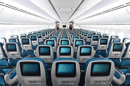Khoang phổ thông của máy bay hiện đại và lớn nhất Việt Nam, Boeing 787-10 Dreamliner. Mỗi ghế đều được trang bị màn hình giải trí cá nhân, bên cạnh là cửa sổ thông minh có thể điều chỉnh theo màu sắc. Ảnh: Vietnam Airlines.