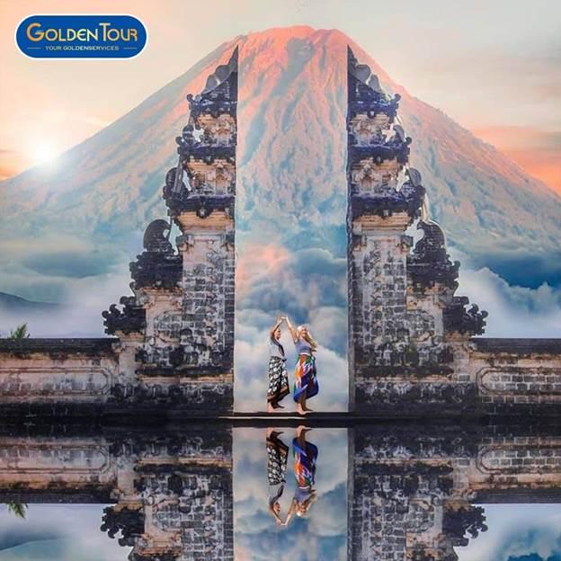 Khách du lịch tham quan Cổng trời Bali.
