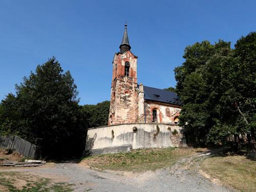 Nhà thờ đổ nát St George trở thành điểm thu hút khách du lịch. Ảnh: Petr David Josek/AP.