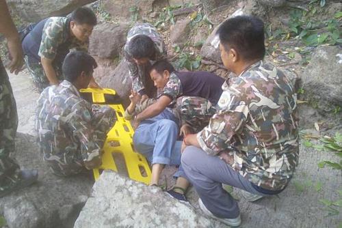 Nhân viên kiểm lâm sơ cứu cho nạn nhân tại hiện trường. Ảnh:  Pha Taem National Park.
