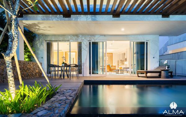 Các căn villa tại ALMA đều sở hữu bể bơi riêng hoặc bồn sục jacuzzi hiện đại