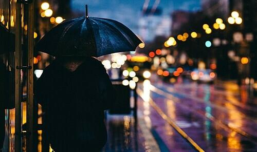 Mang giày khi đi dạo giúp bạn trông lịch sự hơn và đừng quên ô. Ảnh: Pexels/Pixabay.