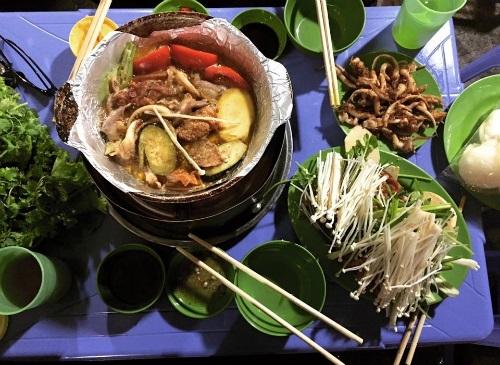 Món lẩu và nướng ở gầm cầu Long Biên thu hút người dân và khách du lịch.