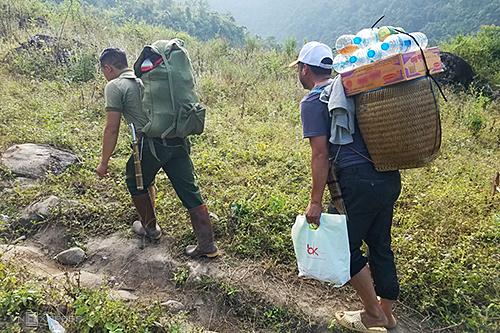 Các porter đeo trên lưngđồ ăn, nước uống và đồ đạc cho khách.