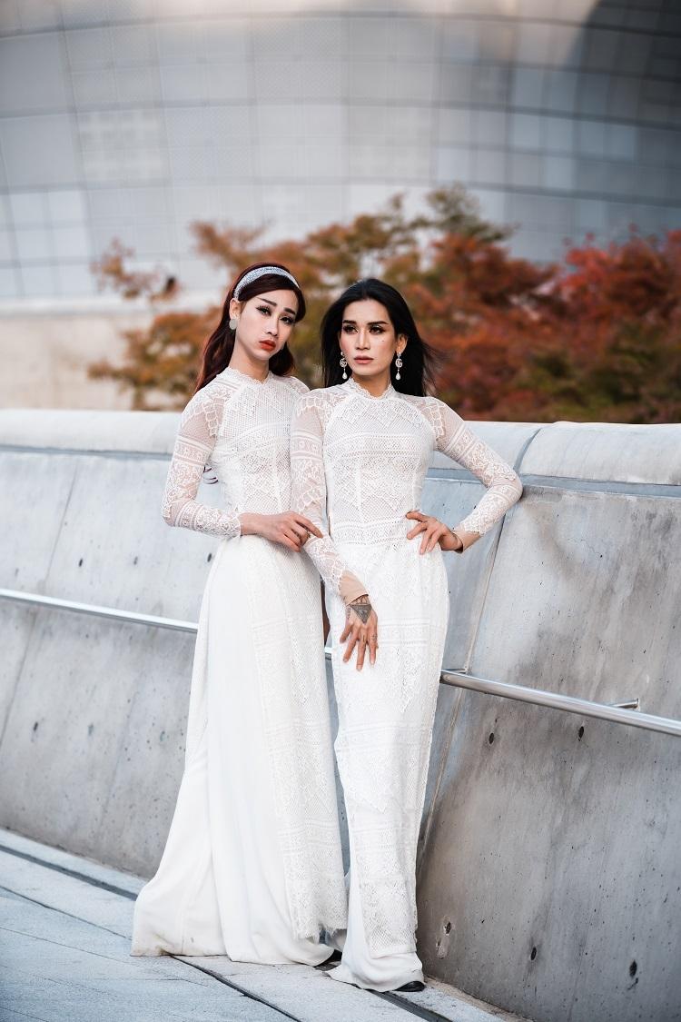 Cả hai cùng diện áo dài trắng thả dáng trên cầu vượt. Đây là một trong những điểm check-in nổi tiếng, thường được các tín đồ thời trang chọn làm nơi sống ảo mỗi khi đến Seoul, Hàn Quốc.