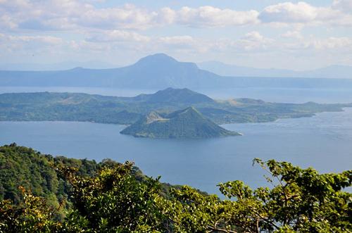 Hồ Taal nhìn từ xa, phía giữa hồ là đảo Núi lửa.