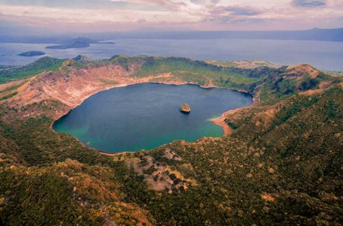 Đảo Vulcan Point nằm trên đảo Núi lửa. Đảo Núi lửa nằm trên đảo Luzon. Trên ảnh là đảo Vulcan Point. Ảnh:Roberto Verzo/Flickr.