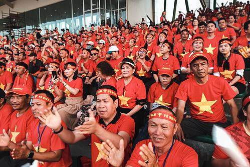 Người hâm mộ cổ vũ tuyển Việt Nam trong trận gặp Thái Lan ngày 5/12 tại Philippines doVietravel tổ chức.