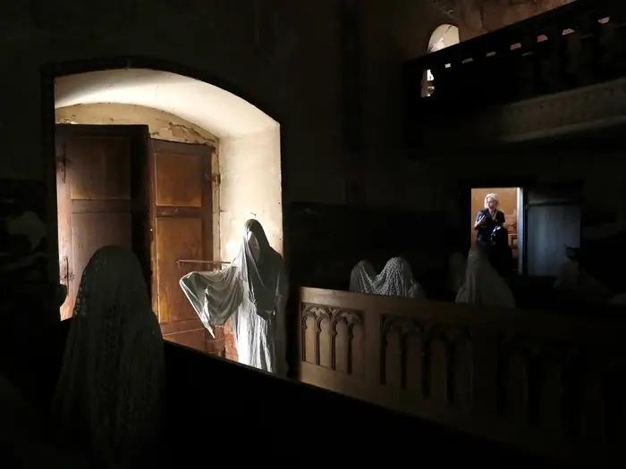 Nhiều vị khách chỉ đứng ở bên ngoài nhìn và không dám bước vào. Ảnh: Petr David Josek/AP.