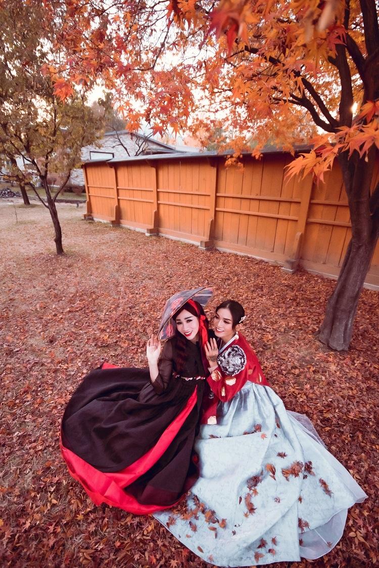 Đã đặt chân đến Hàn Quốc mà chưa mặc thử trang phục hanbok truyền thống của nước bạn thì quả là một sai sót lớn.Phí thuê trang phục hanbok dao động từ vài trăm nghìn đồng đến hơn một triệu đồng tùy theo kiểu dáng và nơi thuê. Để tiết kiệm chi phí, bạn có thểđặt thuê hanbok trước tại Klook với giá ưu đãi lên đến 50%.Nhiềubộ hanbok với màu sắc đa dạng, kiểu dáng phong phúkèm phụ kiện tóc xinh xắn có sẵn cho bạn thoải mái chọn lựa.