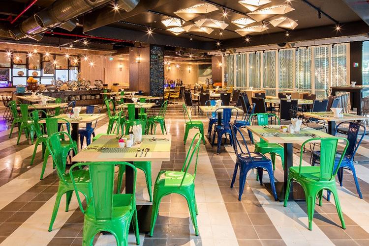Nhà hàng StrEATs - tầng M phục vụ các món ăn theo phong cách quốc tế và là nơi phục vụ ăn sáng tự chọn. Trong khi, StrEATs Bar & Grill và quầy bar hồ bơi mang đến không gian thư giãn và du khách có thể thưởng thức các món ăn nhẹ, cocktail hoặc thức uống sáng tạo khác.