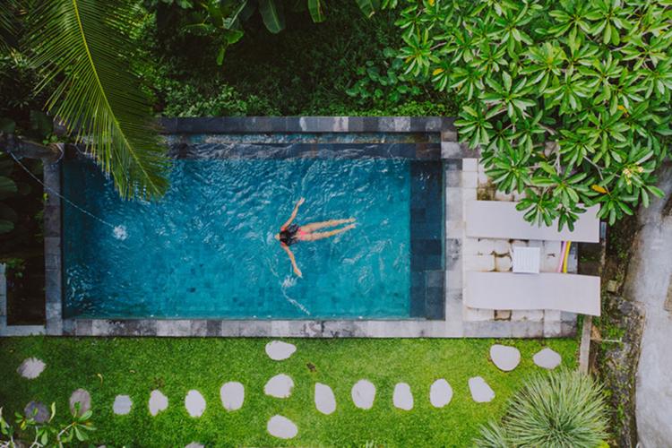 Một khối lượng nước ngọt khổng lồ cũng được sử dụng để lấp đầy bể bơi của khu nghỉ mát và tưới tắm cho các khu vườn, sân golf phục vụ khách cũng như xây dựng các biệt thự, cơ sở du lịch mới. Ảnh: iStock.