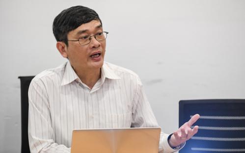 Ông Hoàng Nhân Chính, Trưởng ban Thư ký Hội đồng Tư vấn Du lịch Việt Nam trao đổi với báo chí về các khuyến nghị mới nhằm cải thiện thủ tục visa. Ảnh: Kiều Dương.
