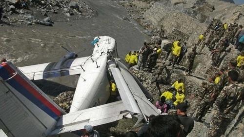 Một chiếc máy bay nhỏ của Nepal Airlines lao xuống sông vì hỏng phanh khi hạ cánh tại sân bay Jomsom, Nepal. Nguyên nhân những vụ tai nạn máy bay tại quốc gia này được cho là docác phi công thiếu kinh nghiệm, quản lý kém và bảo trì không đúng quy trình. Ảnh: AFP.