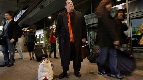 Trong 25 năm dùng vé, Rothstein đã thực hiện 1.000 chuyến bay tới thành phố New York, 500 chuyến tới San Francisco, 500 chuyến tới Los Angeles, 500 chuyến tới London, 120 chuyến tới Tokyo, 80 chuyến tới Paris, 80 chuyến tới Sydney, 50 chuyến tới Hong Kong... và chưa kể tới những lần cho người khác đi nhờ vé. Ảnh: Los Angeles Times.