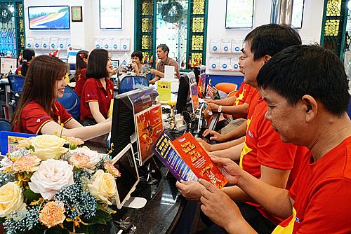 Du khách tham khảo hành trình tour xem bóng đá tại Vietravel.