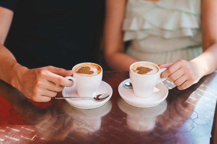 Bên tách cà phê thơm, hãy nói chuyện tình yêu.