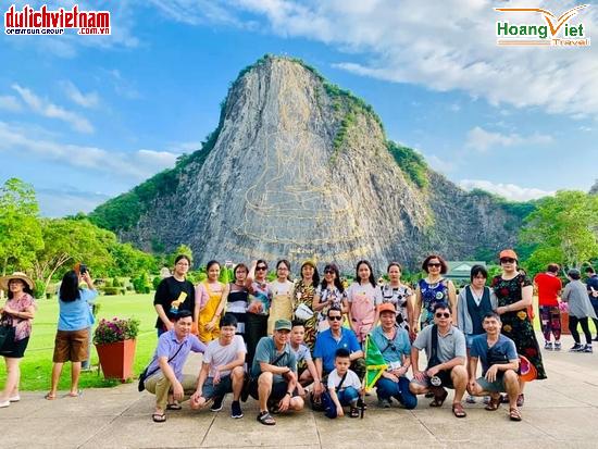Đoàn du khách chiêm bái Trân Phật Bảo Sơn.