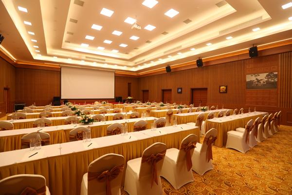 Không gian rộng rãi, phòng họp linh hoạt sắp xếp theo yêu cầu của chương trình như hội thảo, họp báo, họp cổ đông, tiệc cocktails, hoặc tiệc gala cho công ty...