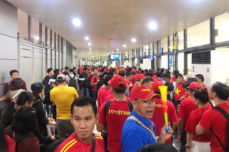 Đoàn CĐV có mặt tại sân bay để về Việt Nam rạng sáng 11/12. Ảnh: Phạm Minh Hải.