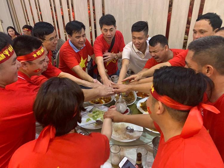 Một nhóm CĐV mang theo đồ ăn tới sân bay chờ giờ khởi hành về Việt Nam. Ảnh: Hanoi Redtours.