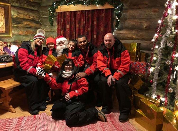 Gia đình Gates đã có chuyến du lịch đón Giáng sinh sớm ở Phần Lan. Mọi chuyện diễn ra vui vẻ cho đến khi họ đặt mua tour tới làng tuyết. Ảnh: Deadline News.