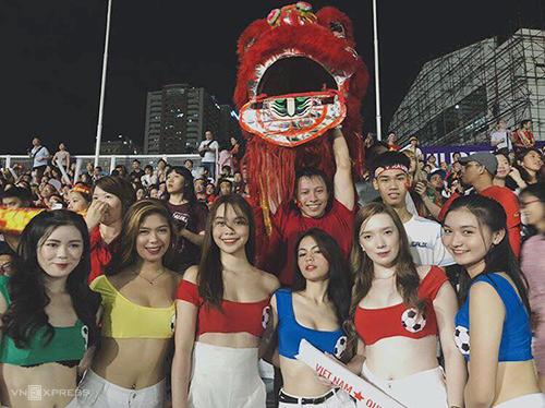 Janella (thứ ba, từ phải sang) cùng dàn CĐV xinh đẹp của nước chủ nhà chung vui cùng fan Việt Nam trên sân vận động Rizal Memorial vào tối 10/12. Ảnh:NVCC.
