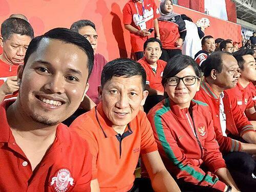 Nero Leo Adriani (ngoài cùng bên trái) chụp ảnh cùng những quan chức của Liên đoàn Bóng đá Indonesia. Ảnh:NVCC.
