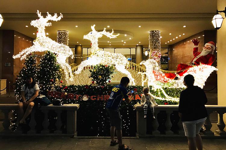 Các công trình xung quanhphố đi bộ đãđược trangtrí đón Giáng sinh. Ảnh: Tâm Linh.