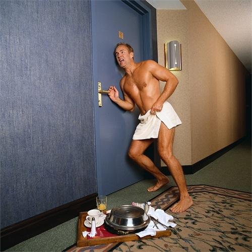 Ngủ khỏa thân có thể gây bất tiện nếu du khách lỡ ra khỏi phòng mà không mang theo chìa khóa. Ảnh: Alamy.
